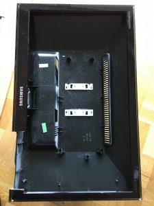 Bedienelemente aus dem alten Monitor ausgesägt